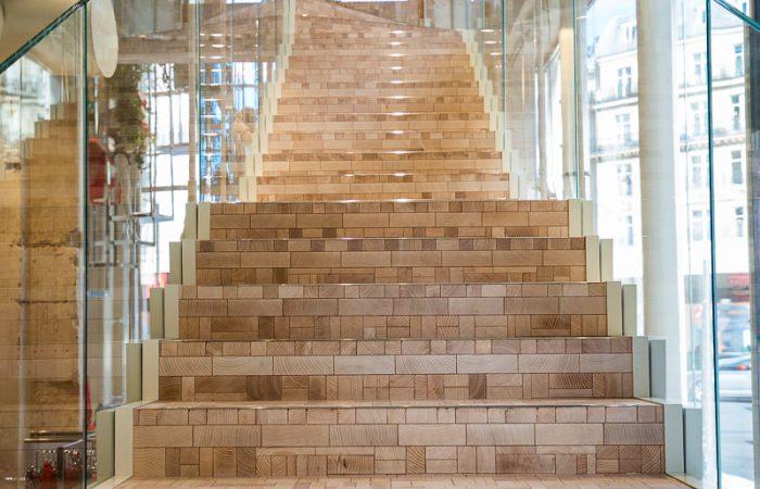 Escalier paré d'un sol en bois